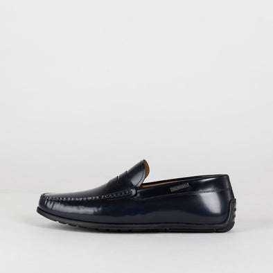 Moccasin in a classic style, midnight blue polished leather, ergonomic rubber sole