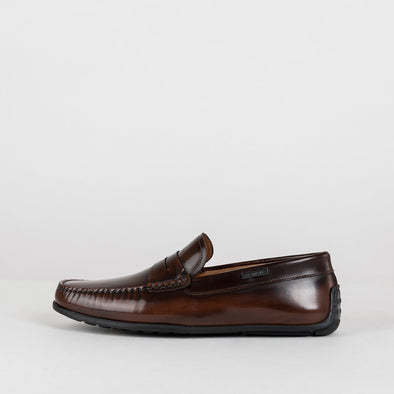 Moccasin in a classic style, cognac brown polished leather, ergonomic rubber sole