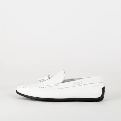 Mocassin loafers in white leather with tassels.