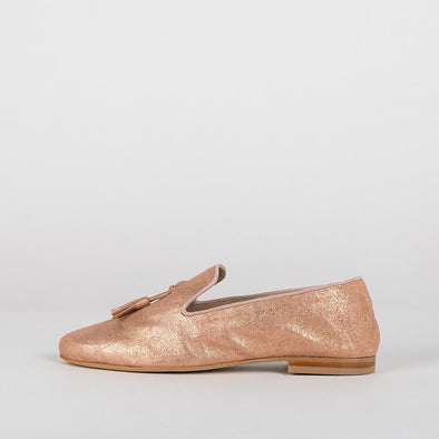 Simple loafers in metallic salmon pink leather with two tassels