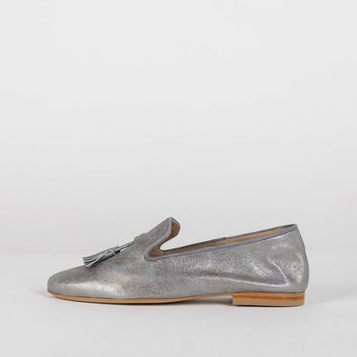 Simple loafers in metallic warm grey leather with two tassels