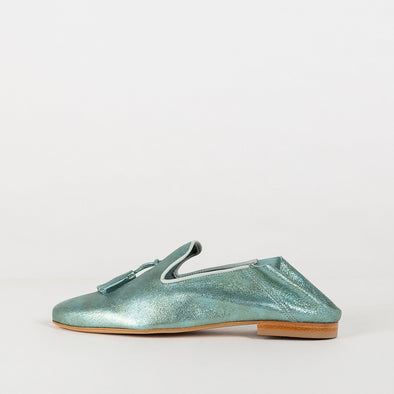 Foldable loafers in light green metallic leather.