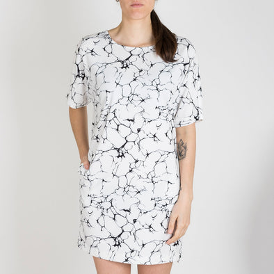 Marble printed dress with a straight cut and short sleeves. The top of the dress ties at the back.