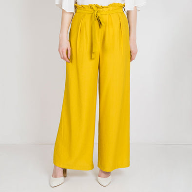 Fluid high waisted mustard pants with a wide cut, pockets and a belt.