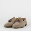 Classic loafers in sand colored suede with tassels.