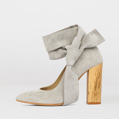 High-heeled pointed toe pumps in light grey suede with wooden block heel and ankle-wrap ties