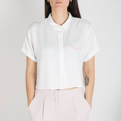 Cropped white shirt with a light pink embroidery whit.