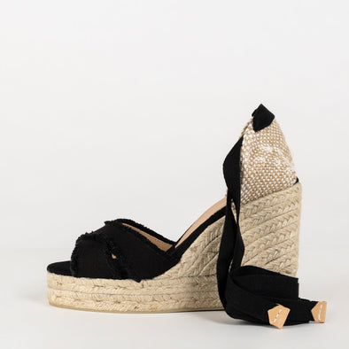 Wedge espadrille made of canvas and natural jute.