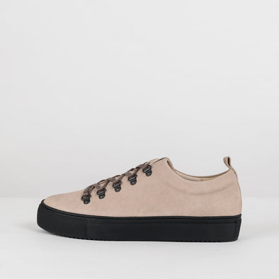 Minimalist sneakers in beige nubuck with high black sole