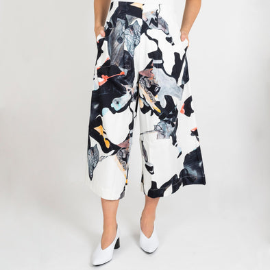 Patterned short pants with wide pant legs. Inseam side pockets.