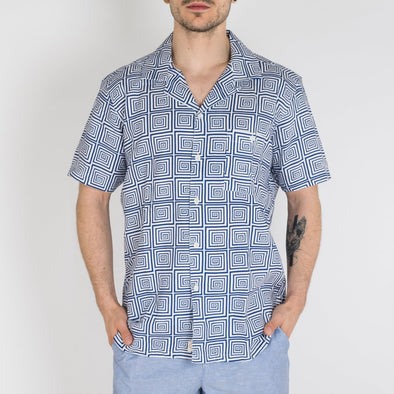 Short sleeved bowling shirt in a spiral print design.