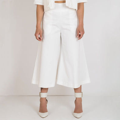 White high waisted cullotes with side pockets and invisible zipper.