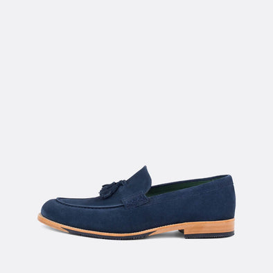Casual loafers in blue velour with tassel detail.