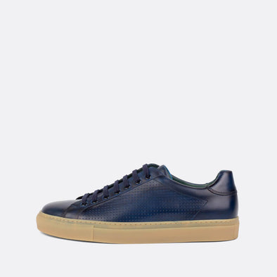 Sophisticated low-top sneakers in blue leather with nude rubber sole.