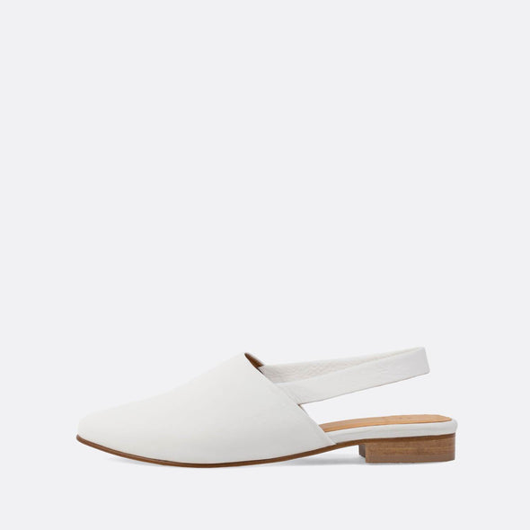 Elegant slingback mules in white leather.