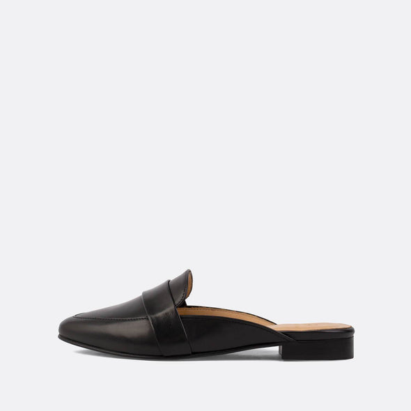 Elegant flat mules in black leather.