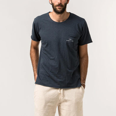 Dark blue minimalist tee with natural lines of 'flamê' knit fabric.