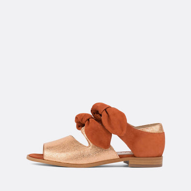 Texturized leather sandals with 2 brick colored bows.