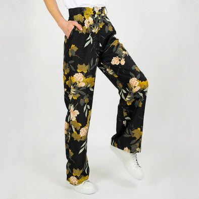 Black sophisticated trousers adorned with flowers for a feminine and refined look.