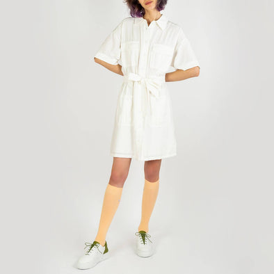 Short white dress with a straight cut, shirt collar and pockets at the waist and chest.