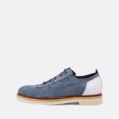 Distinct blue derby shoes with white details and light blue fun dots.