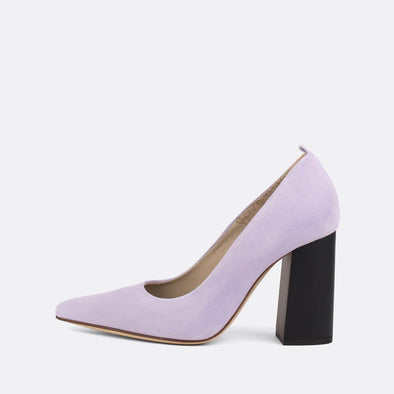 Pump heels in pastel purple leather with an elegantly thick matte heel.