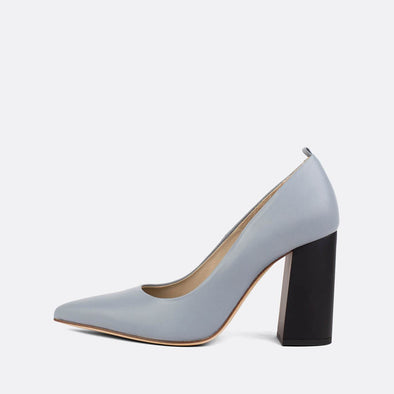 Pump heels in bluish grey leather with an elegantly thick matte heel.