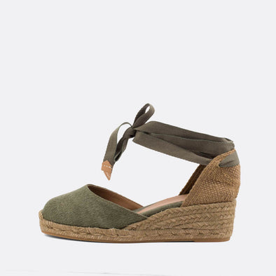 Olive wedge espadrilles made of canvas and natural jute.