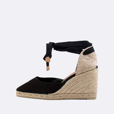 Black wedge espadrilles made of canvas and natural jute.
