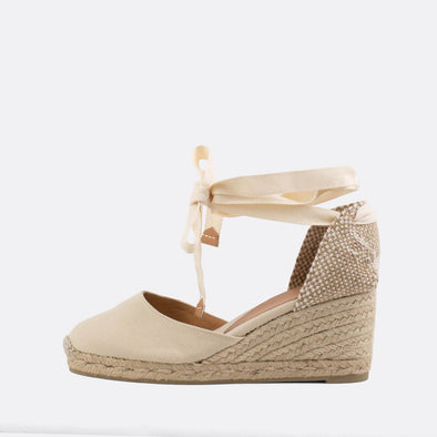 Cream wedge espadrilles made of canvas and natural jute.