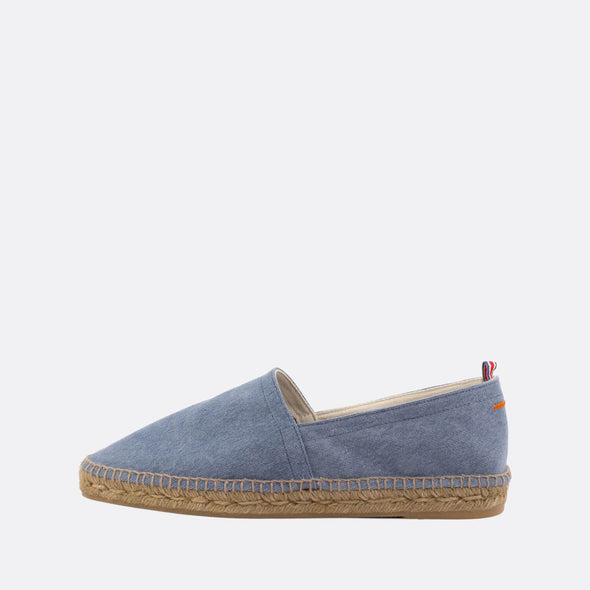 Flat espadrilles made of light blue denim fabric with natural jute sole and rubber insole.