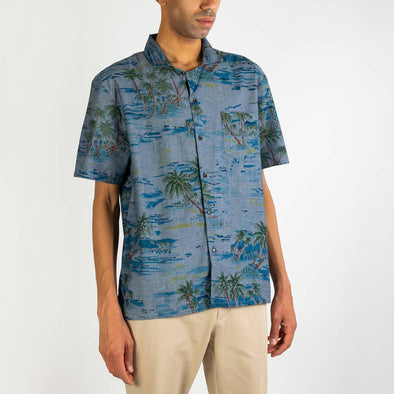 Short sleeved hawaiian shirt in 100% cotton digital printed in chambray with resine brown buttons.