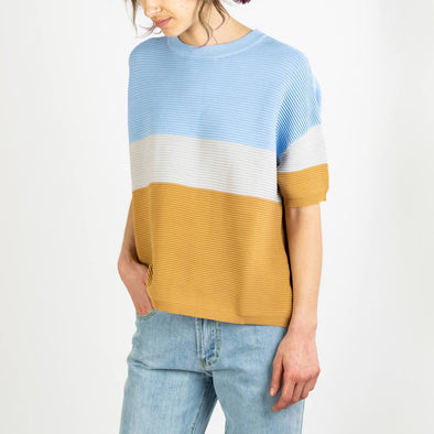 Three-tone short sleeve ribbed jumper in light blue, light grey and tan.