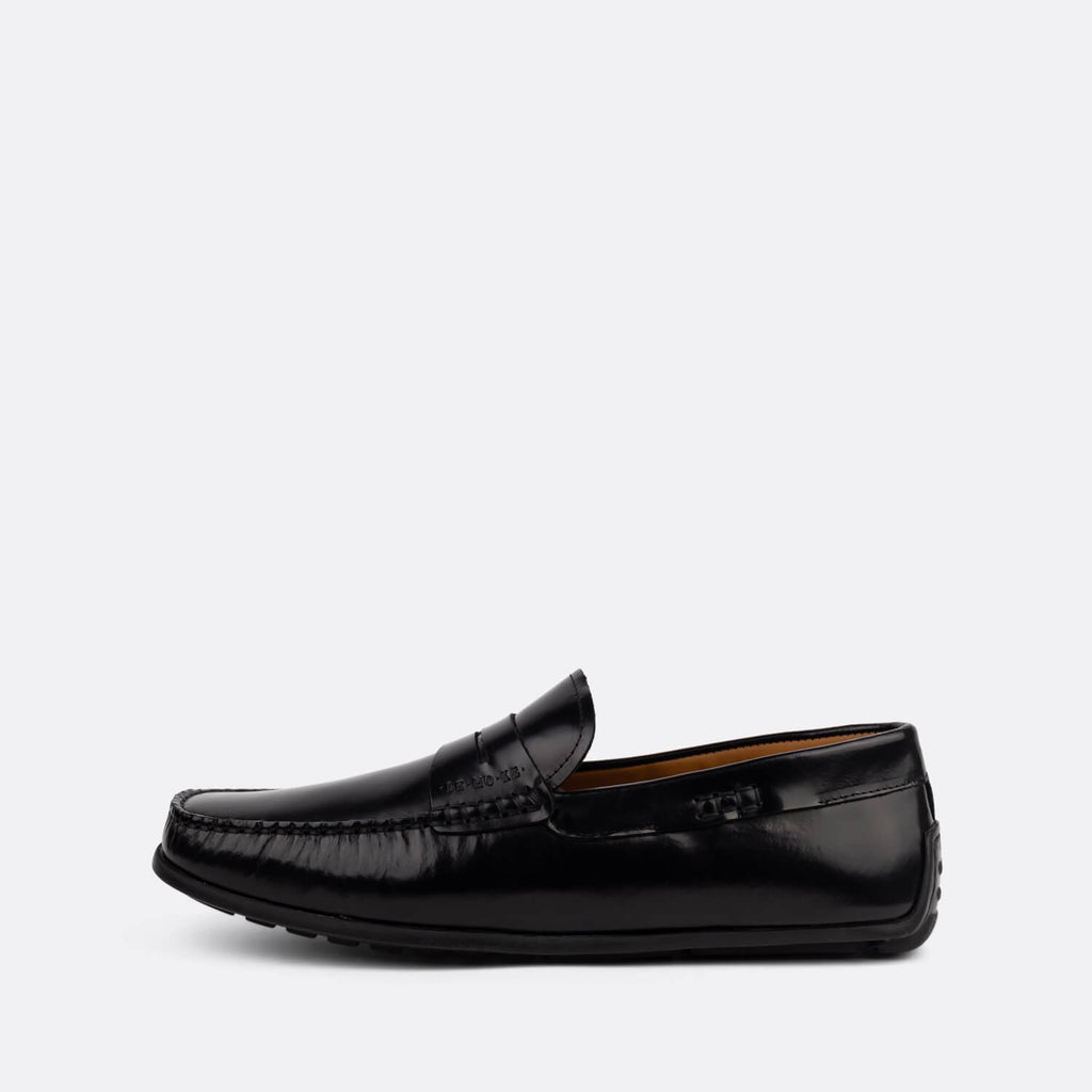 Classic loafers in black leather.