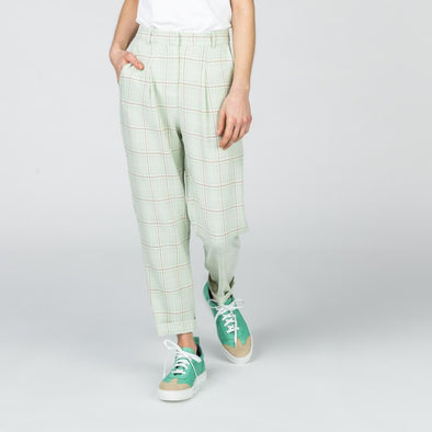 Hight waisted check pants with side pockets.