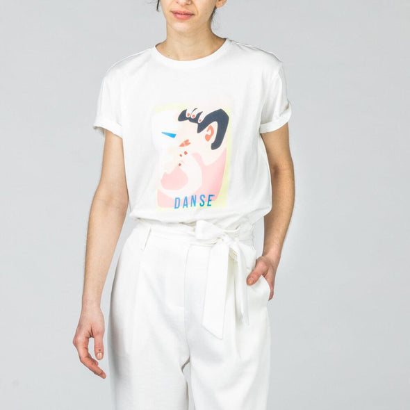 White round collar t-shirt with colorful print.
