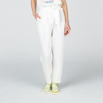 High waisted white carrot fit pants with side pockets.