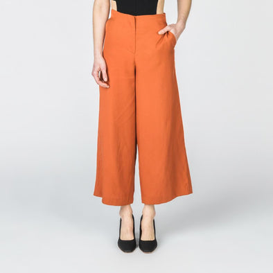 Brick wide leg pants with side pockets.