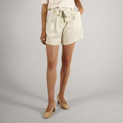 Elegant mint shorts featuring side pockets and a belt.