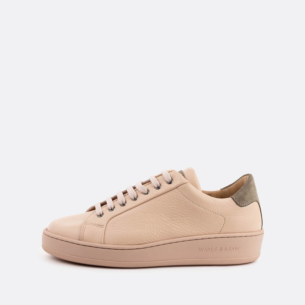 Low-top minimalist sneakers in nude textured leather and grey suede panels.