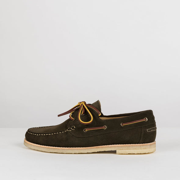 Classic boat shoes in dark brown suede.