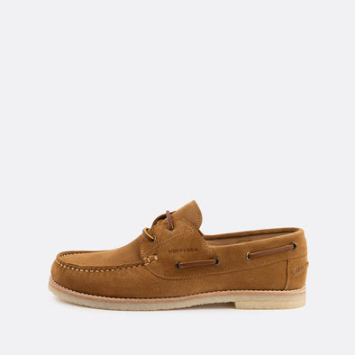Classic boat shoes in light brown suede.