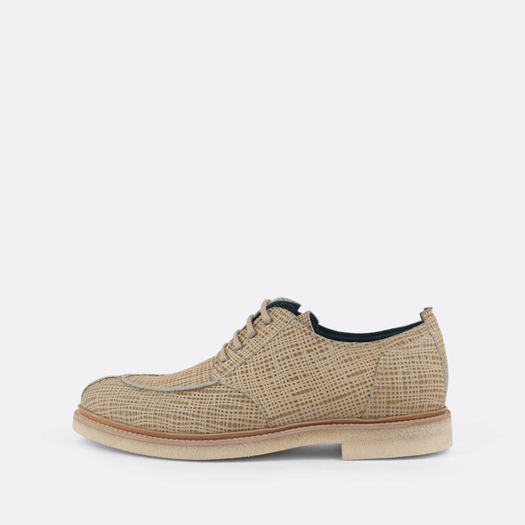 Patterned derby shoes with beige laces.