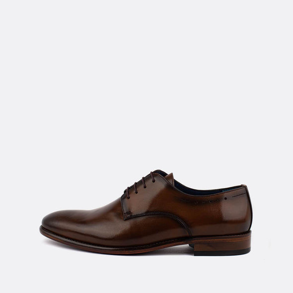 Brown cognac leather derbie shoes with brown laces.