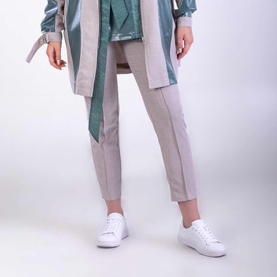 Grey trousers with two pockets on the front and a stripe on the side in off-white linen.