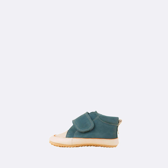 Soft baby sneaker booties in blue leather with velcro strap.