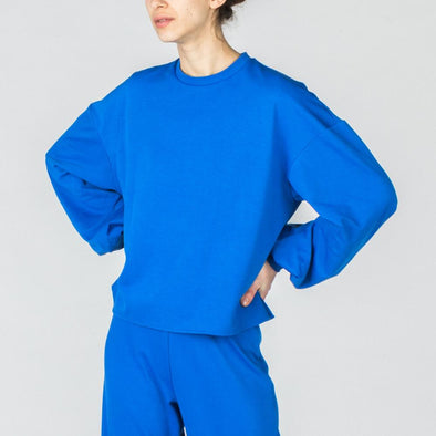 Klein blue sweatshirt with balloon sleeves.
