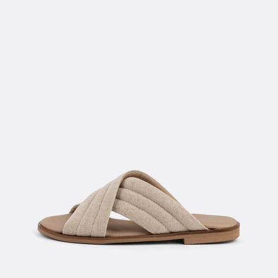 Natural comfortabel cross-strap slides.