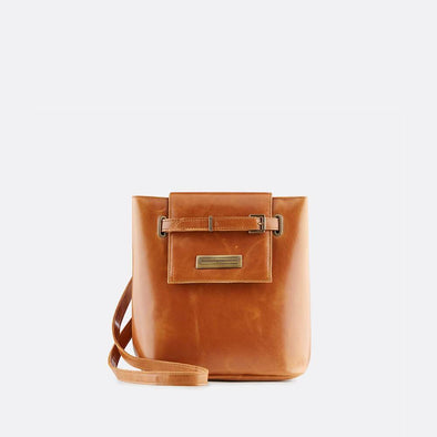 Small-sized bucket-style retro bag in classic camel leather, to be worn shoulder or handheld.