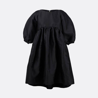 100% polyester midi dress in black with 3/4 sleeves, evasé fit and chest cut with pleats.